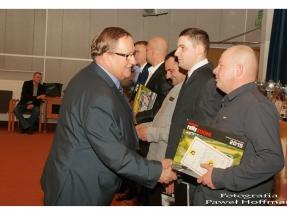 Marek Dobrowolski gratuluje Romanowi Baranowi