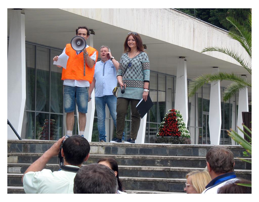 Dowództwo rajdu na odprawie, od lewej Paweł Hoffman, Aleksander Ducar i prezenterka Renata