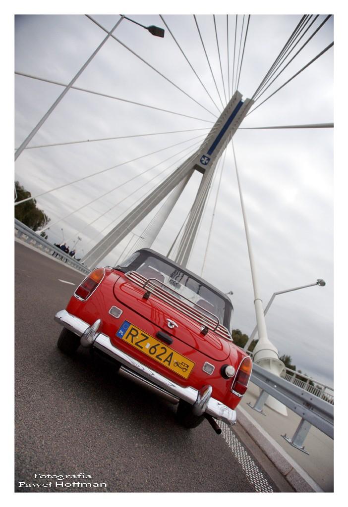 MG Midget na tle nowego mostu