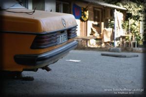 Przykład Mercedesa W123 w przydomowym podwórku w Turcji, wioska koło Antalii