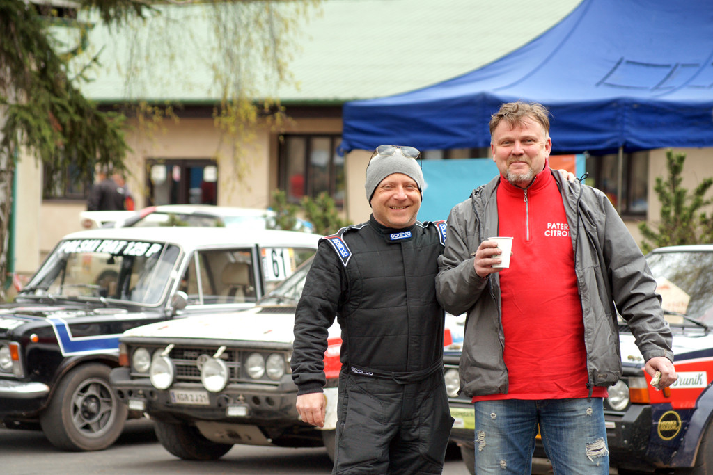 Mieczysław Galant (kierowca Poloneza 2000 Rally - białego) z Eda Paterą - organizatorem rajdu