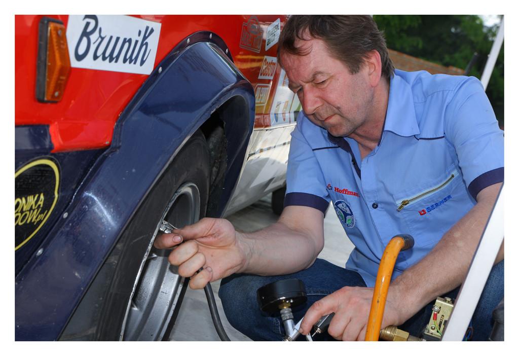 Główny Mechanik Zespołu, Zdzisław Wróbel  podczas kontroli ciśnienia w oponach