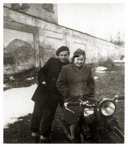 Rok 1946 Edward Śnieżek, dziewczyna i motocykl Schuttoff 350 z lat dwudziestych XX wieku